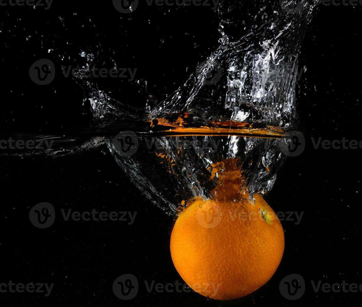 fruta fresca en agua foto