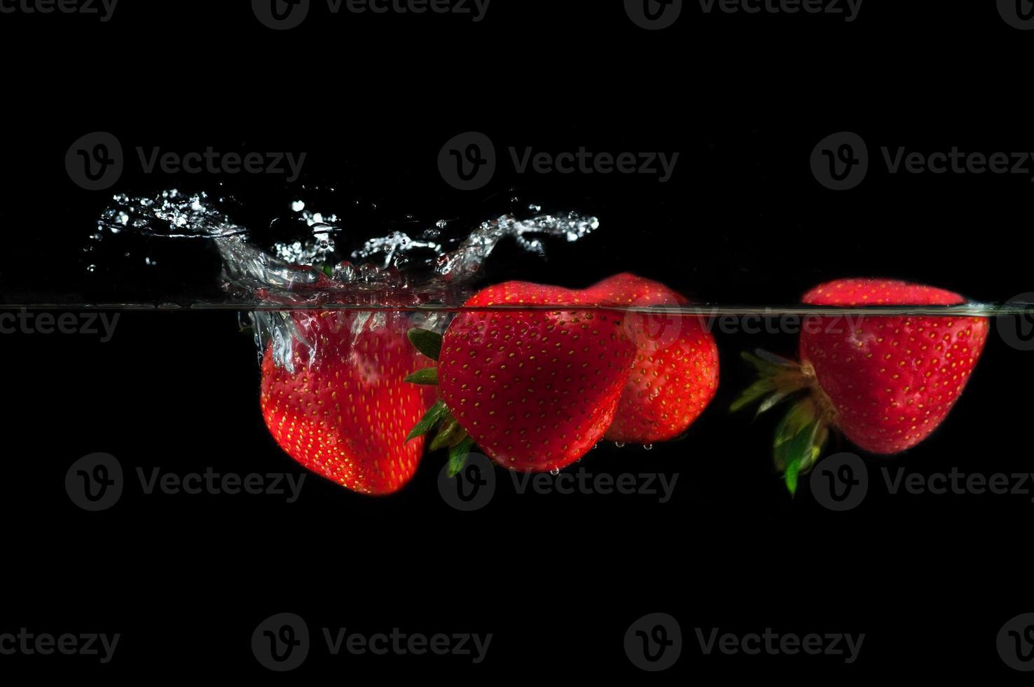 fresas salpicando agua foto