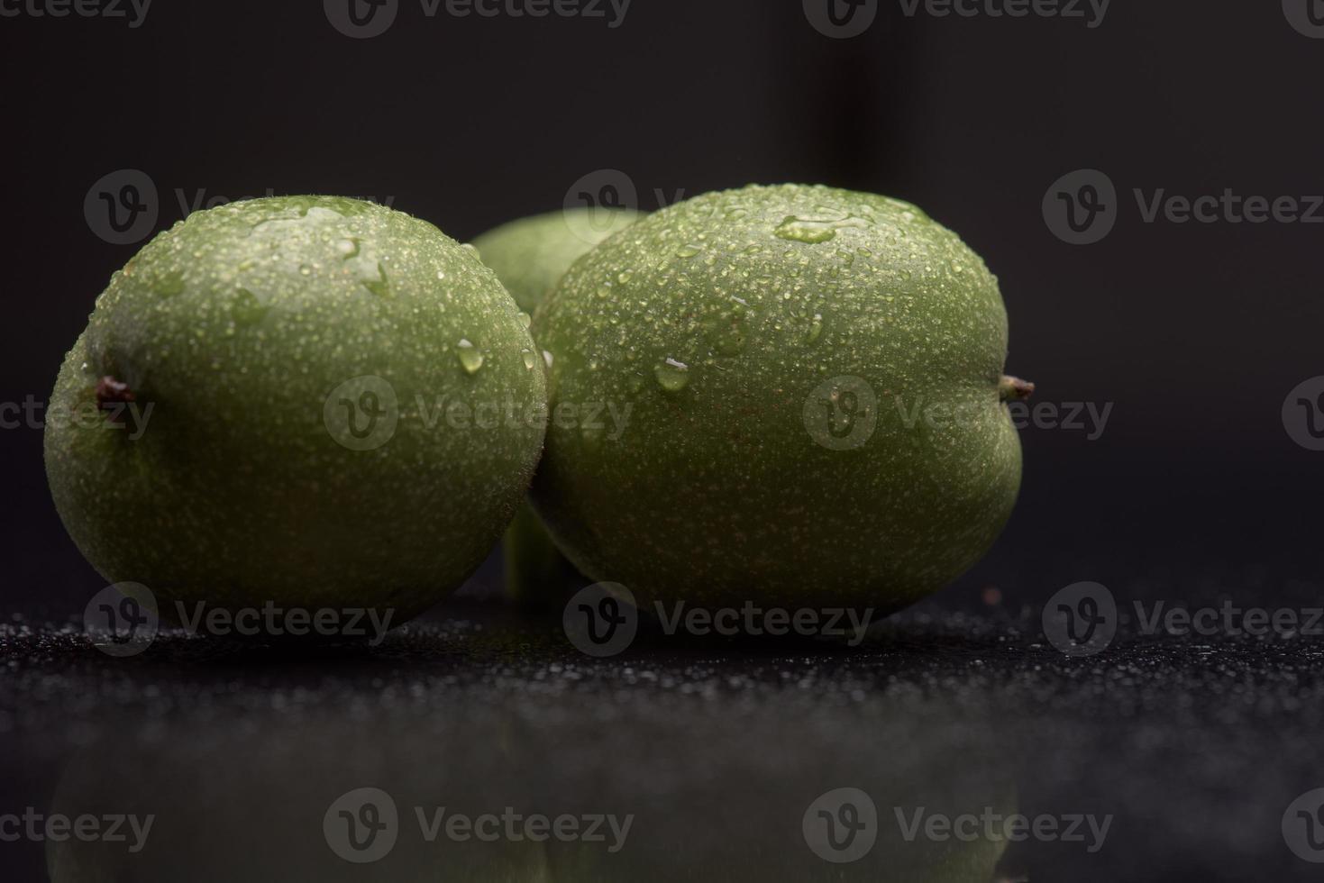 nueces verdes con gotas de agua foto