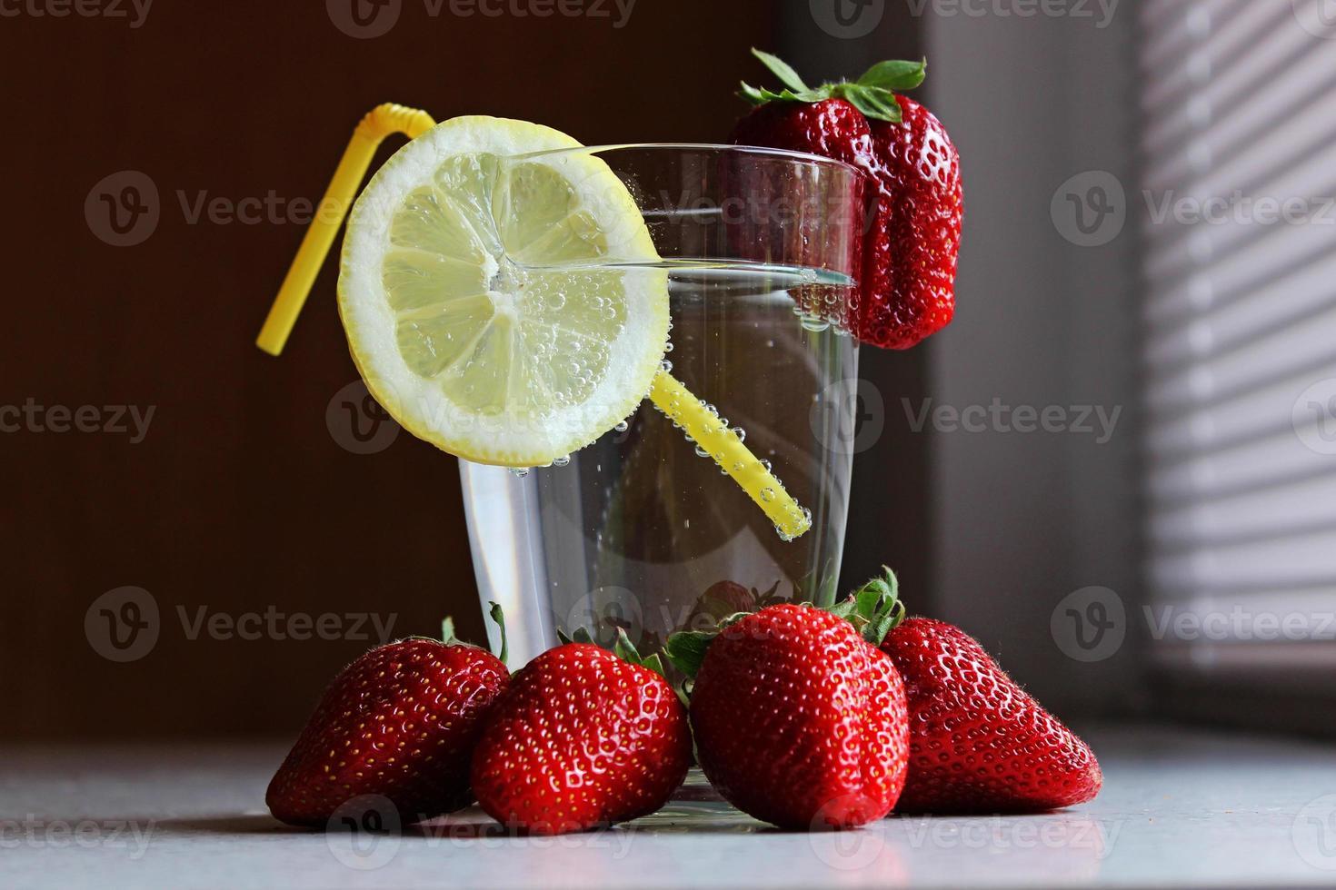 fresas limón y agua mineral foto
