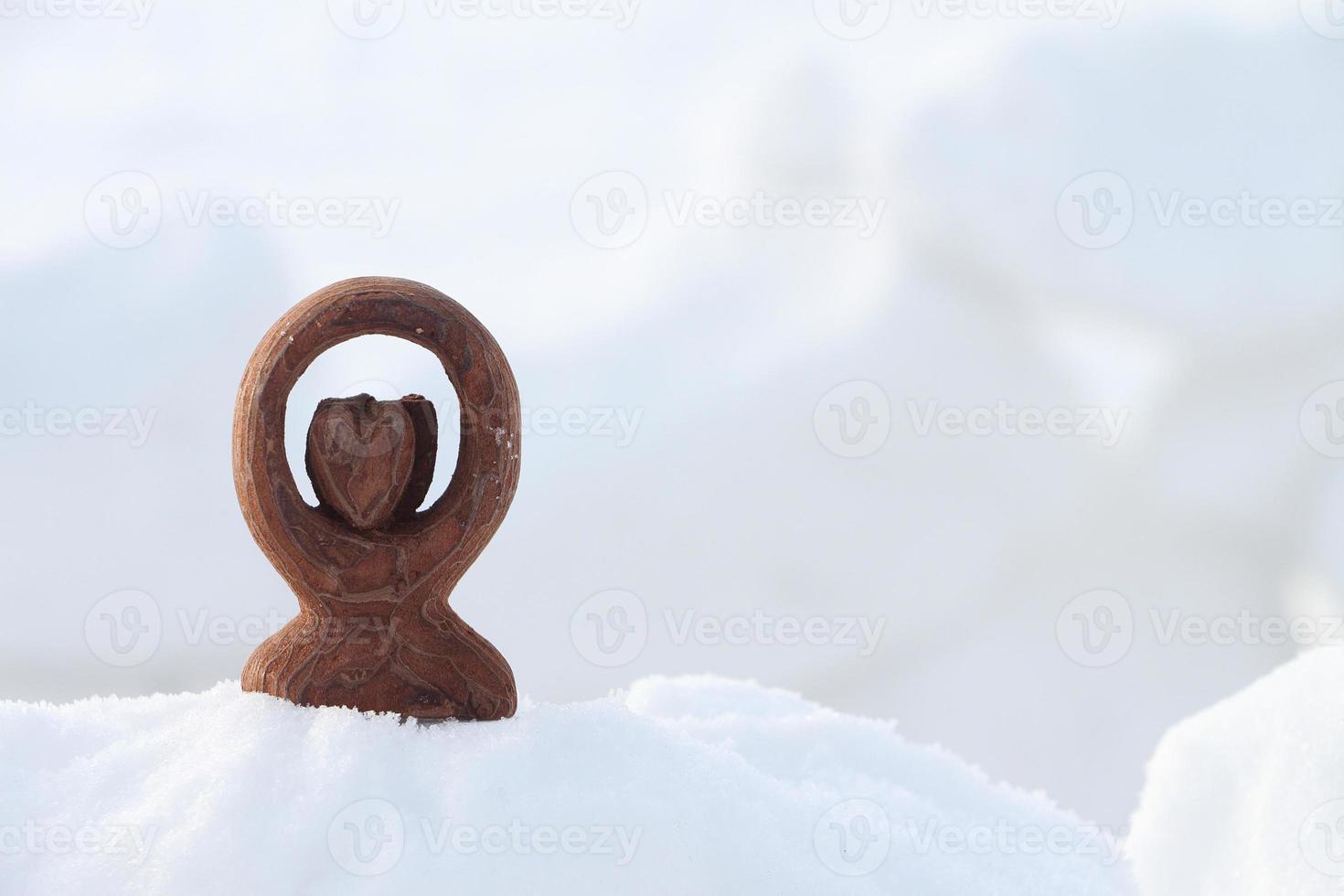 corazón de recuerdo en la nieve foto