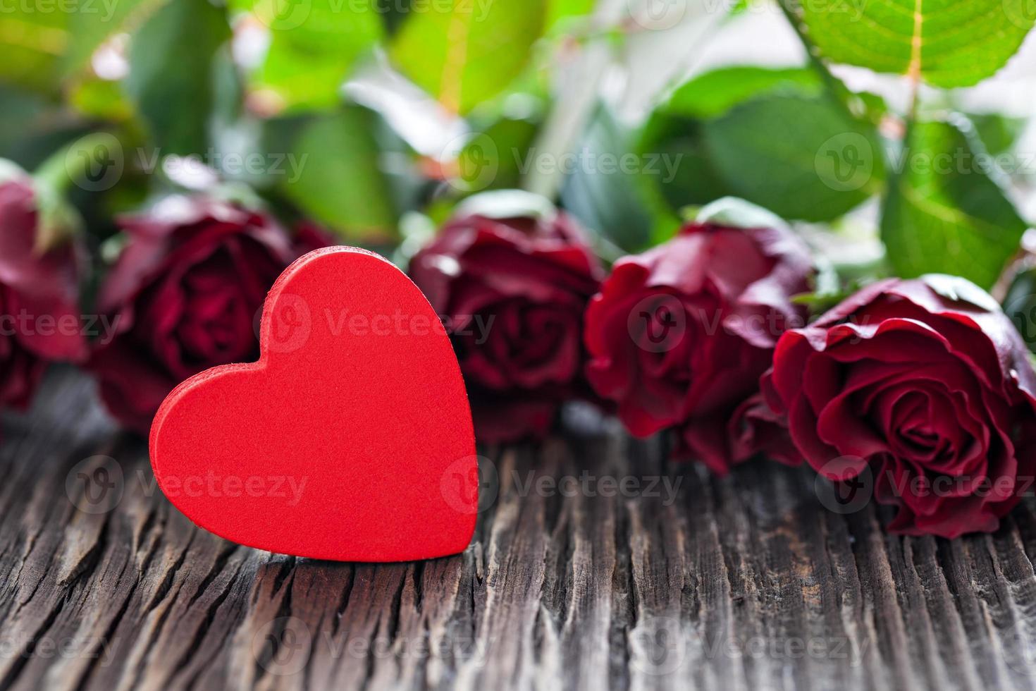 forma de corazón rojo y rosas foto