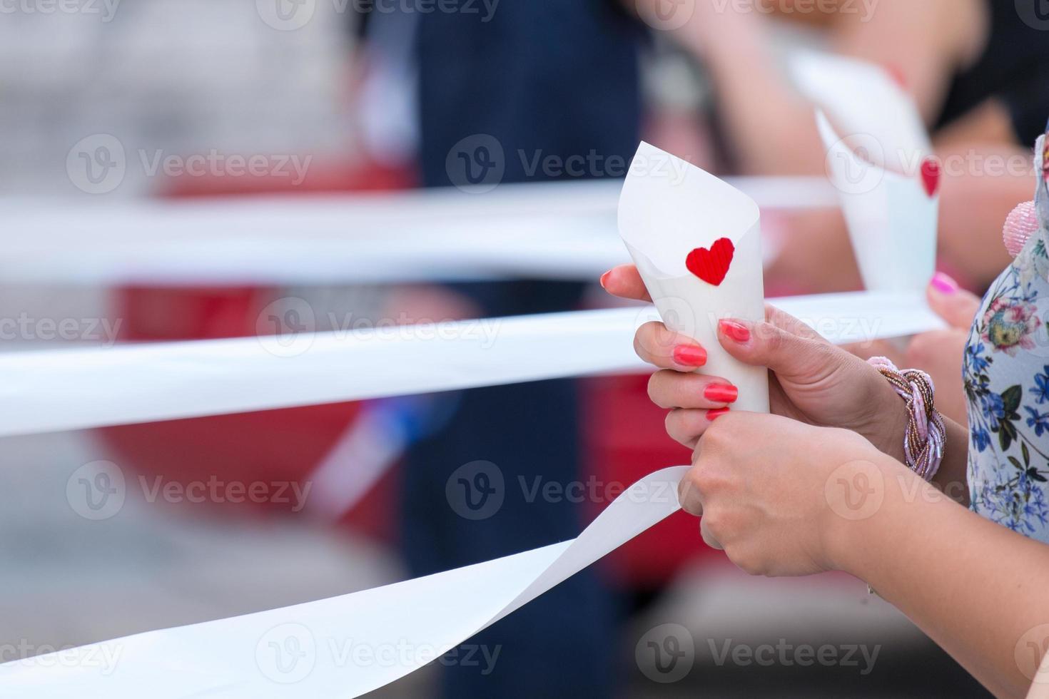 cinta blanca con uñas rojas foto
