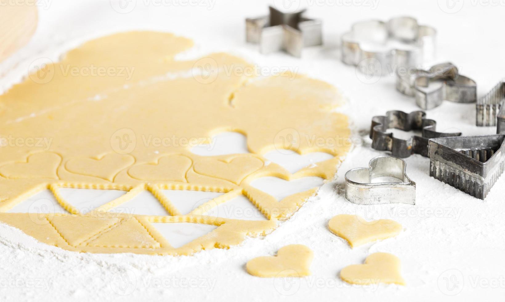 masa con cortadores de galletas foto
