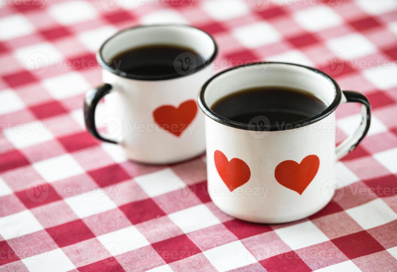 café servido en tazas antiguas esmaltadas con corazones foto