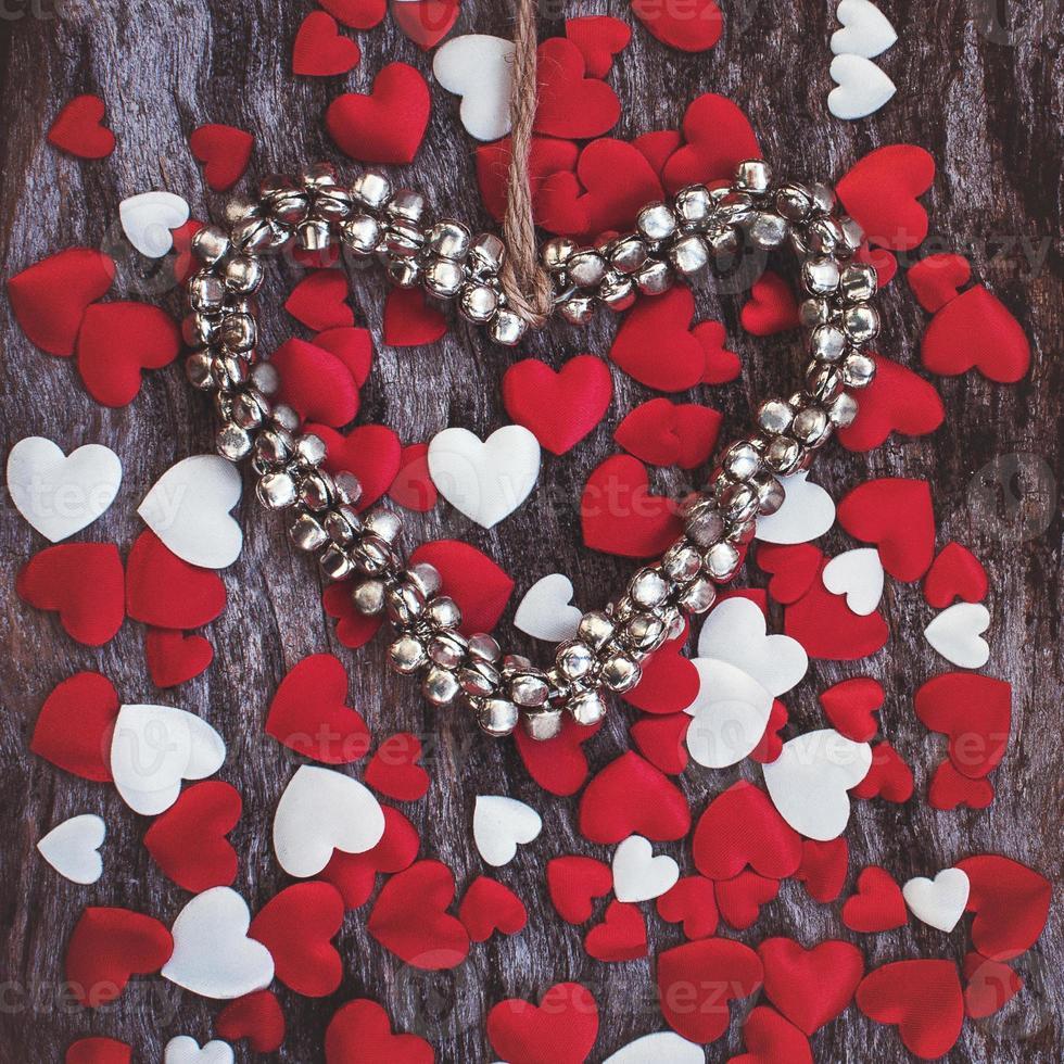 Fondo del día de san valentín con corazón de campanas de metal foto