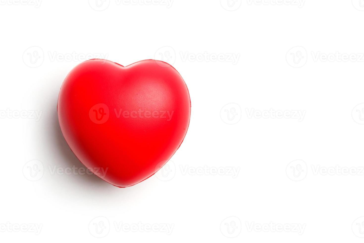 corazón rojo aislado en blanco foto