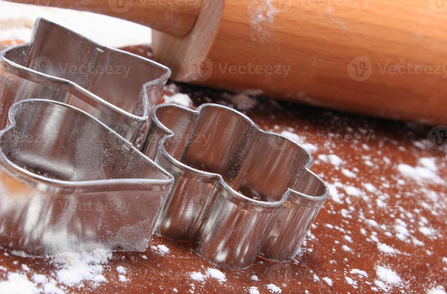 cortadores de galletas y rodillo de masa para galletas foto