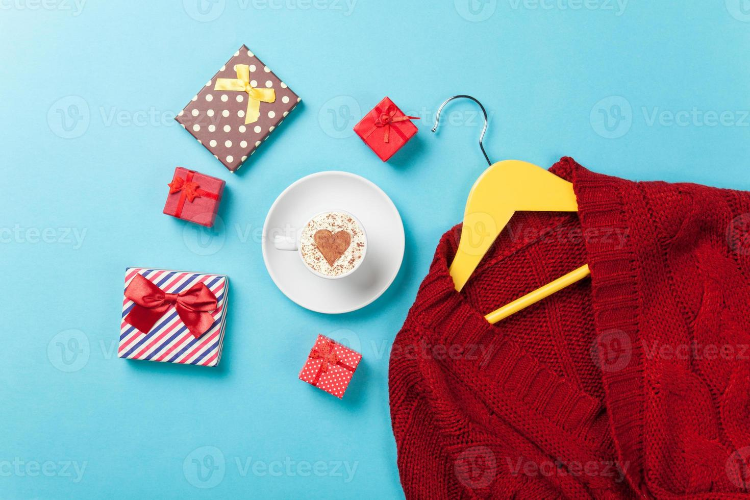 regalos y percha con suéter rojo foto