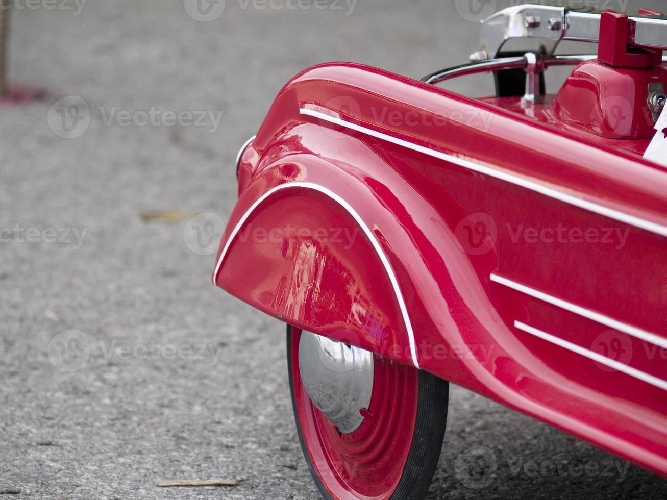 coche de juguete rojo foto