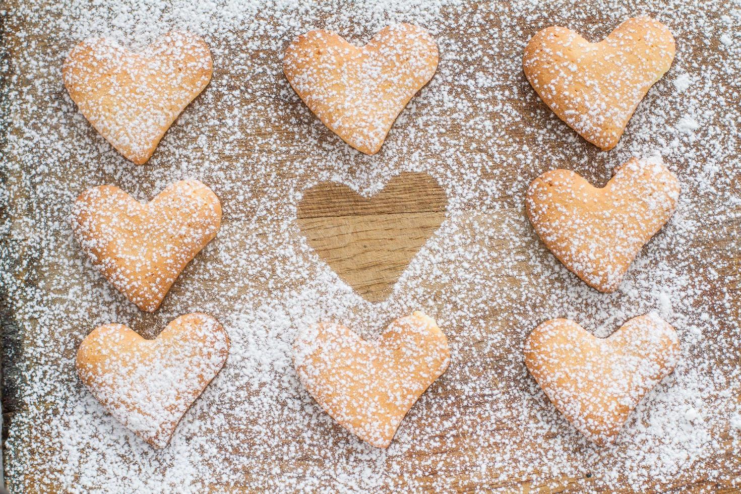 Poweder de galletas en forma de corazón con azúcar, una silueta foto