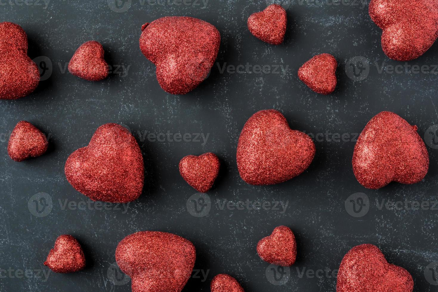 corazones rojos en una pizarra para el día de san valentín foto
