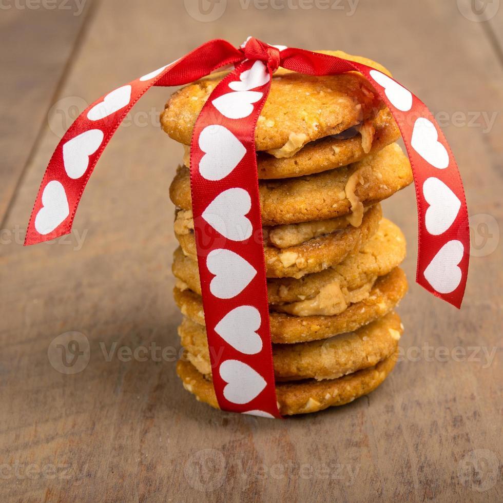 galletas de san valentín atadas con cinta de corazón foto