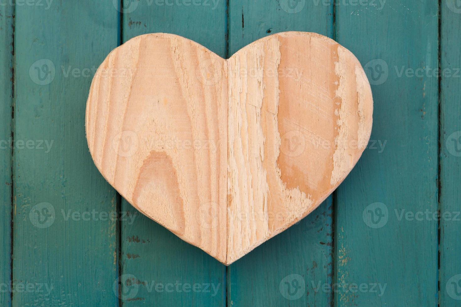 Amor corazón de madera de San Valentín sobre fondo pintado de color turquesa foto