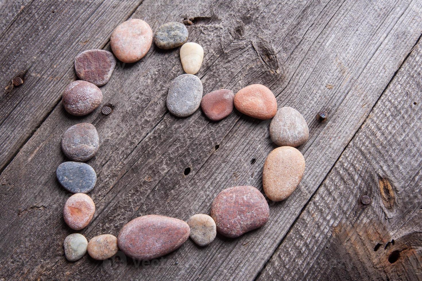 corazón de piedra en la mesa de madera foto