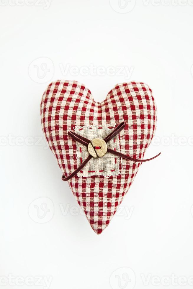 corazón de tela sobre fondo blanco. foto