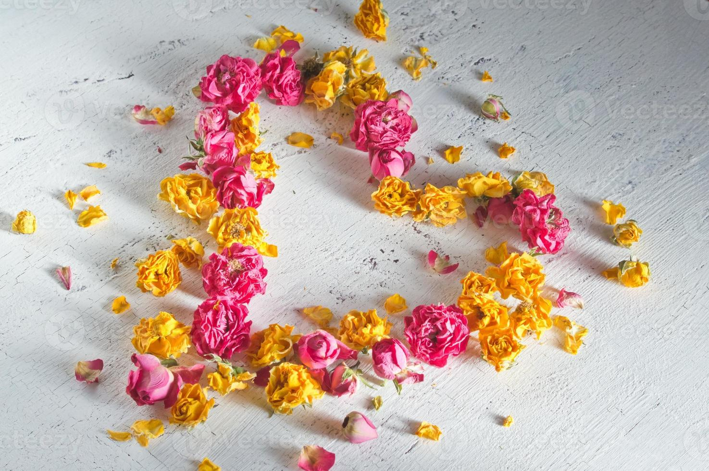 corazón se compone de rosas secas foto
