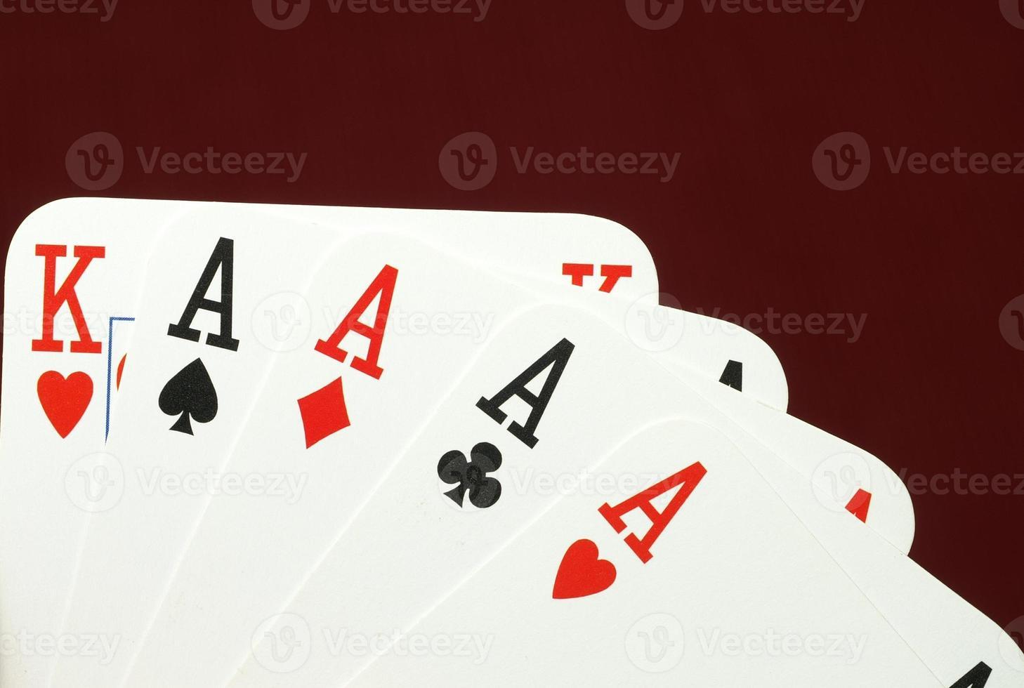 mano de póquer, ases y rey foto