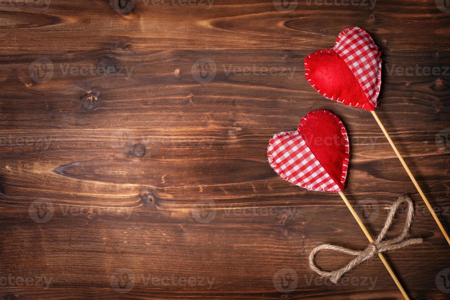 Corazones de San Valentín sobre fondo de madera foto