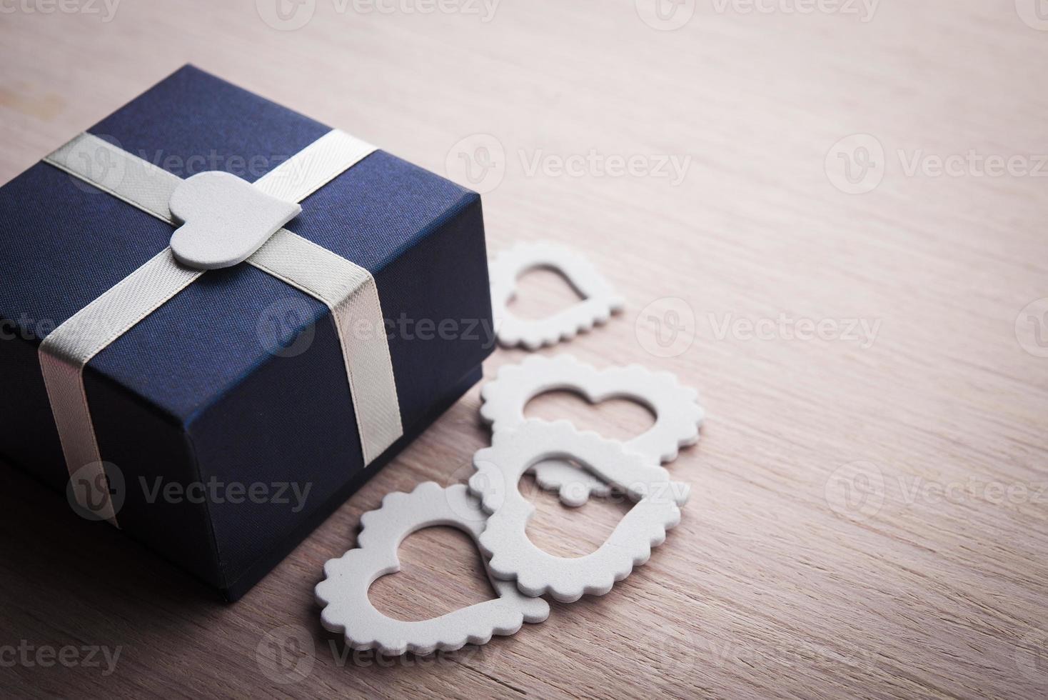presente caja con corazones blancos foto