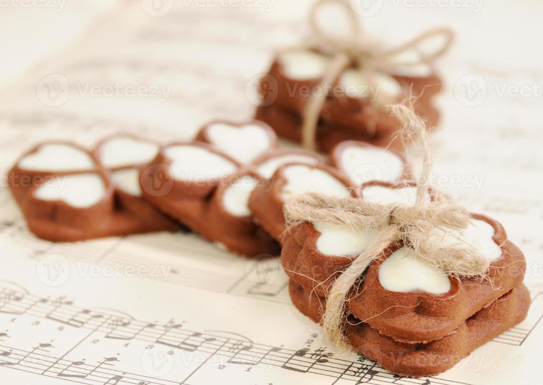 galletas de chocolate para el día de san valentín en la notación musical foto