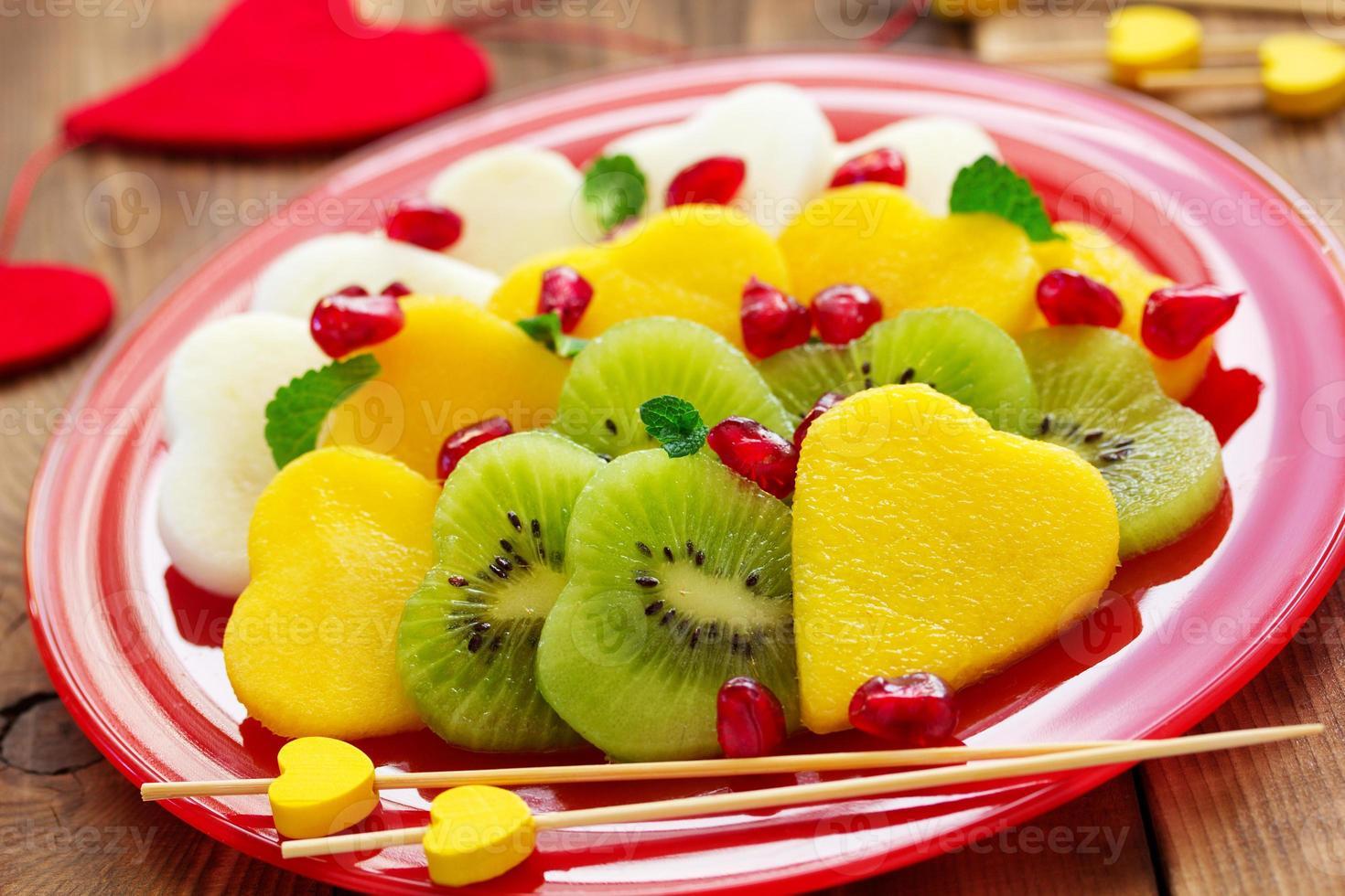 ensalada de frutas en forma de corazones en el día de san valentín. foto