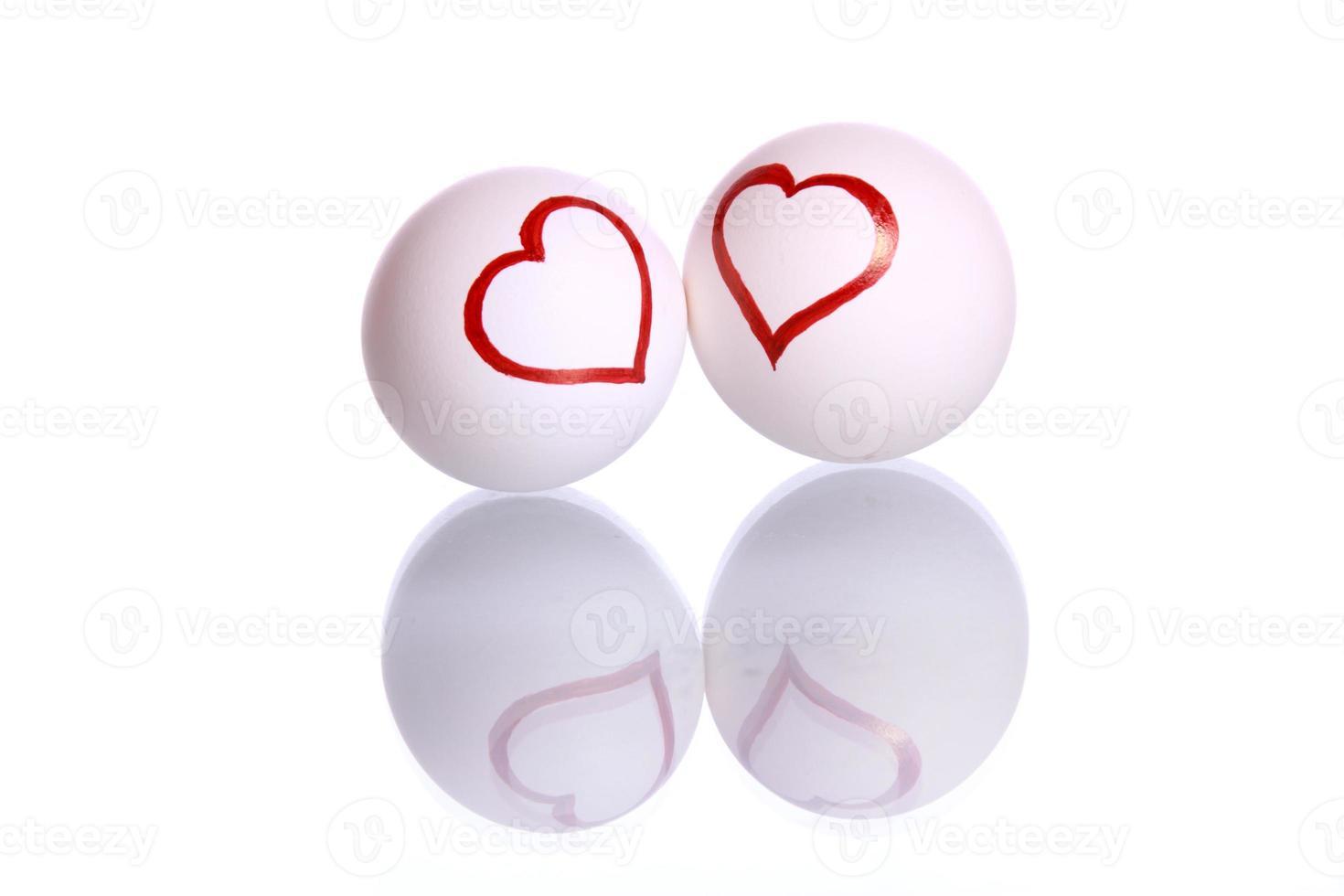 dos huevos con forma de corazón foto