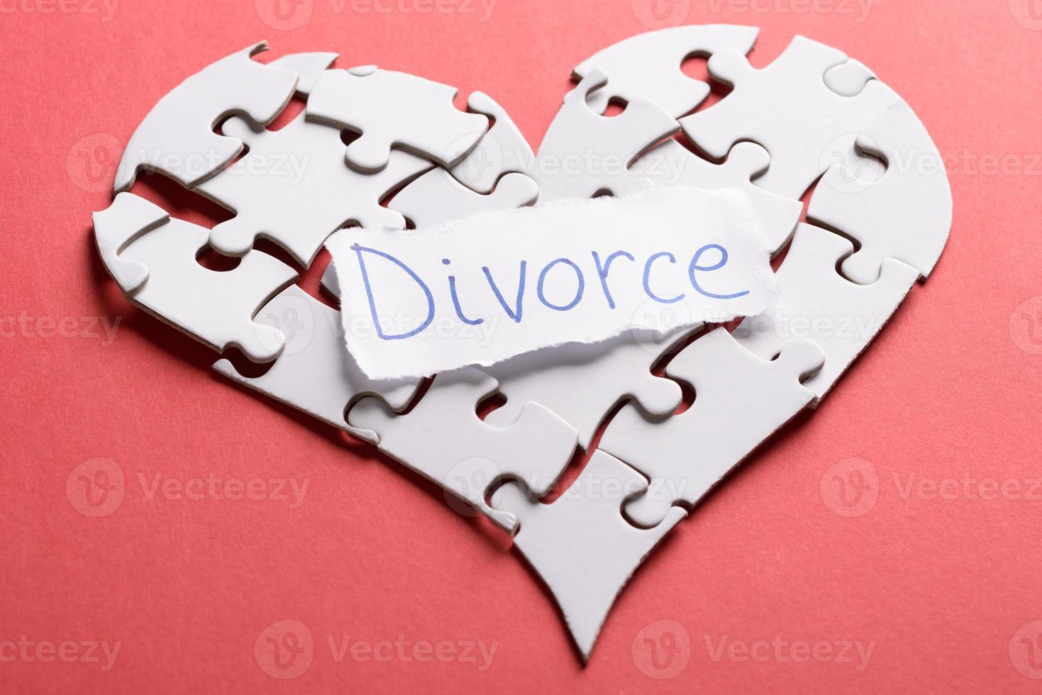 Etiqueta de divorcio en el corazón de rompecabezas foto