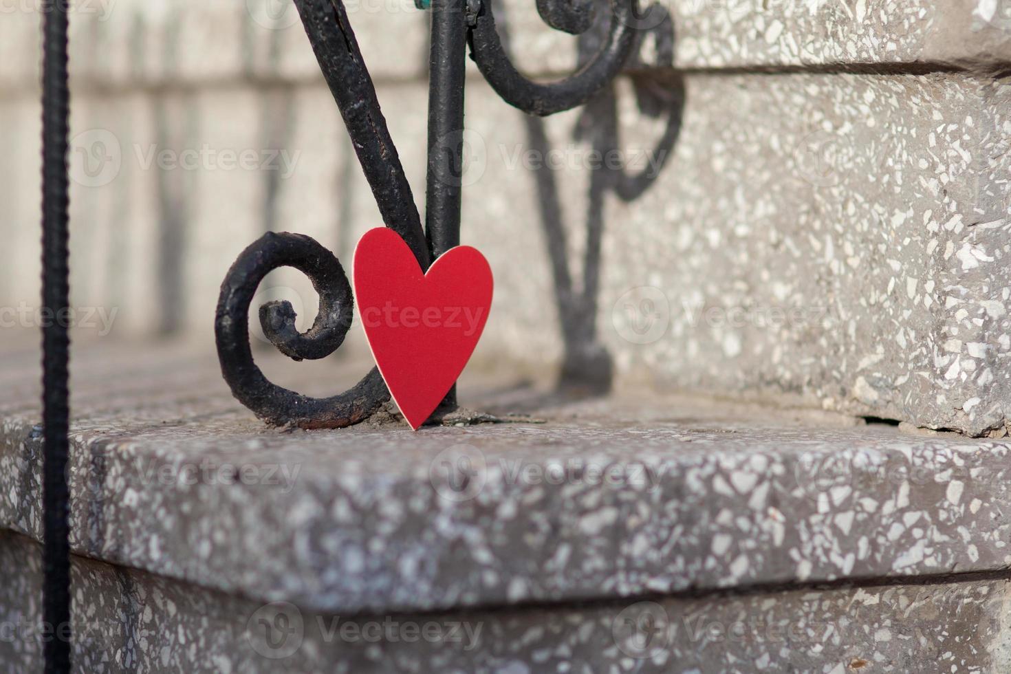 Corazones y decoración del día de San Valentín en el parque al aire libre. foto