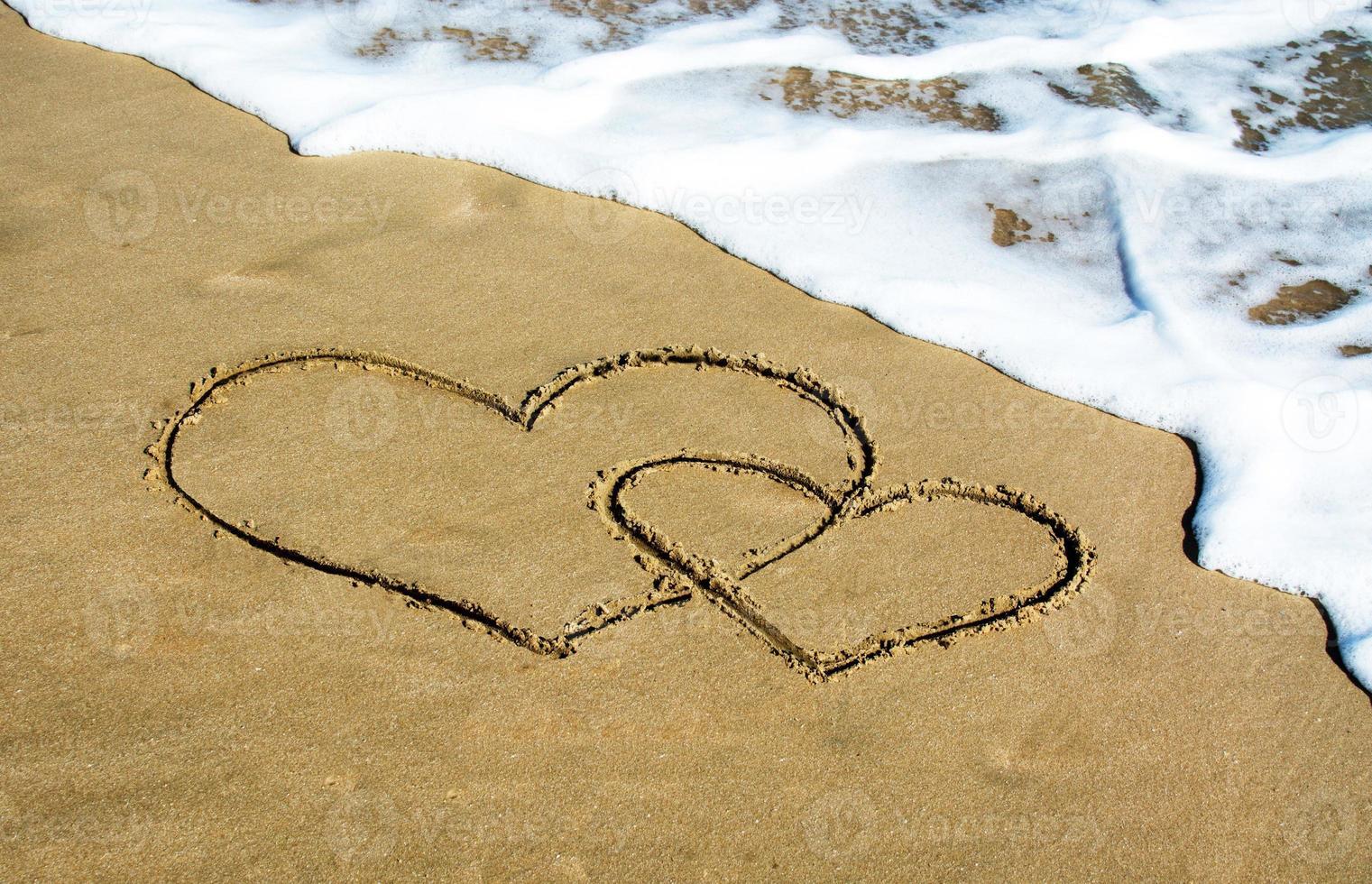 dos corazones en la playa foto