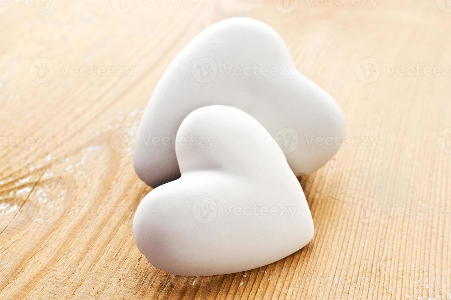 dos corazones sobre fondo de madera. foto