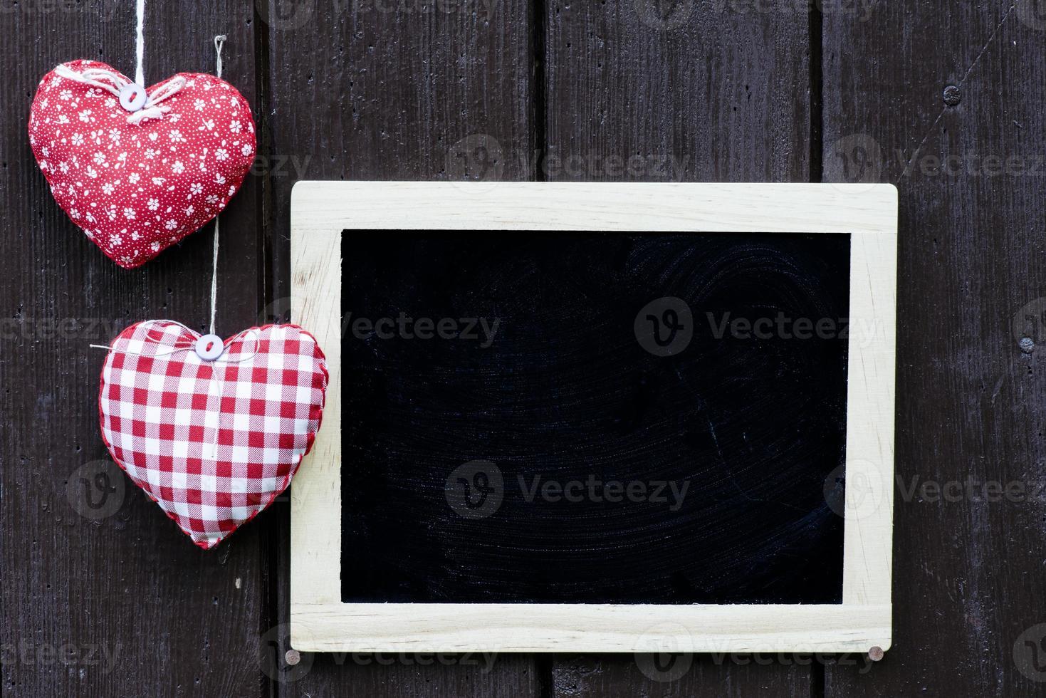 Pizarra decorada y corazones hechos a mano. foto