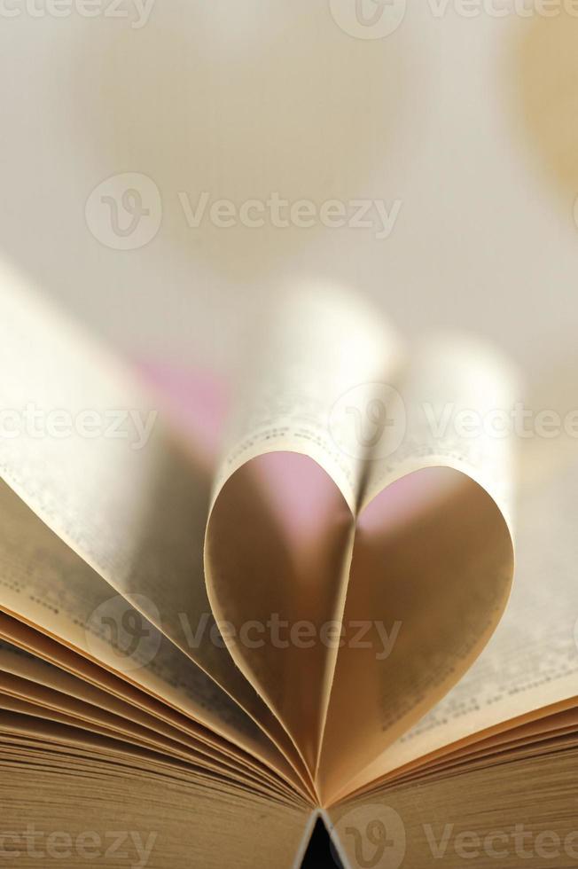 página del libro en forma de corazón foto