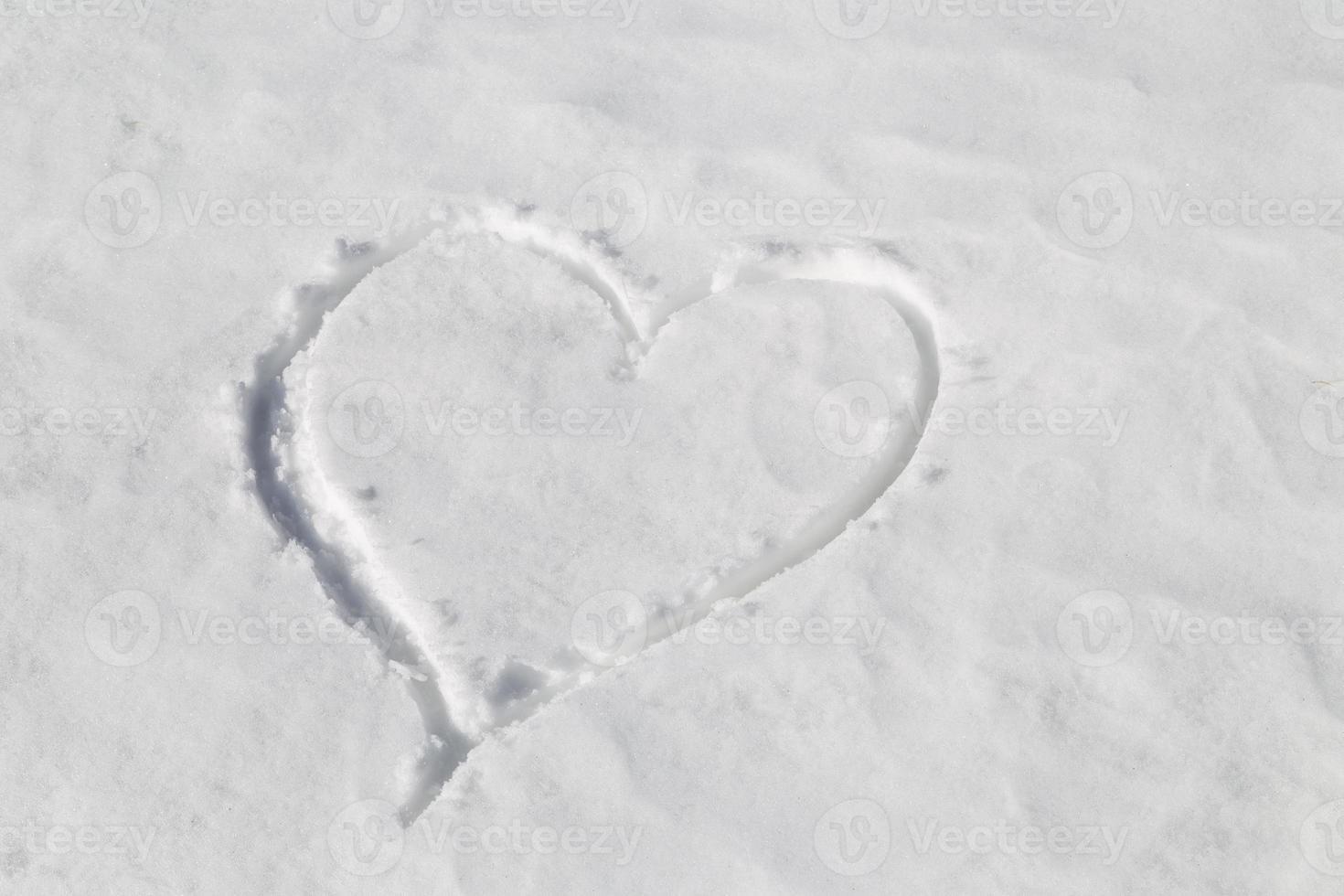corazón dibujado en la nieve foto
