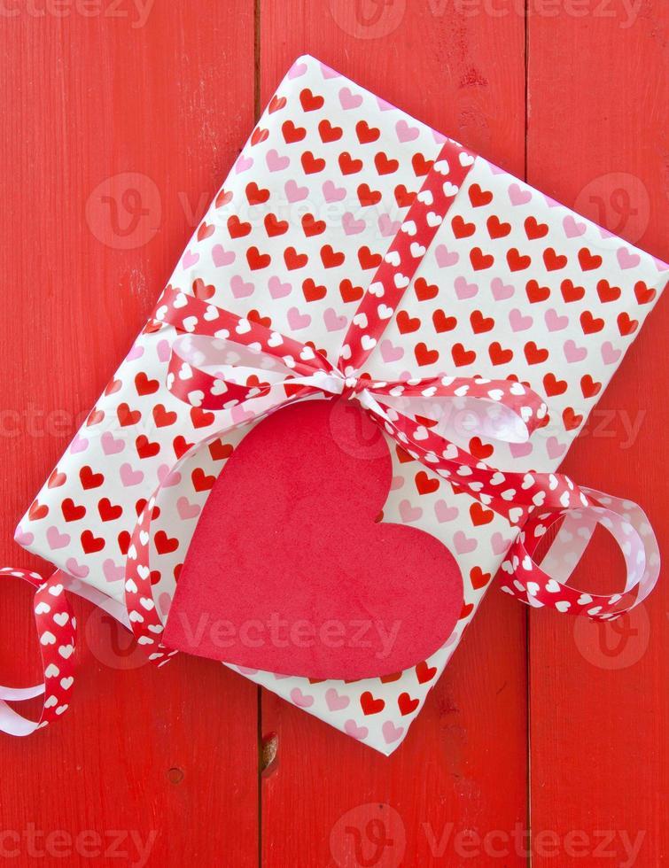 cajita de regalo con corazones foto