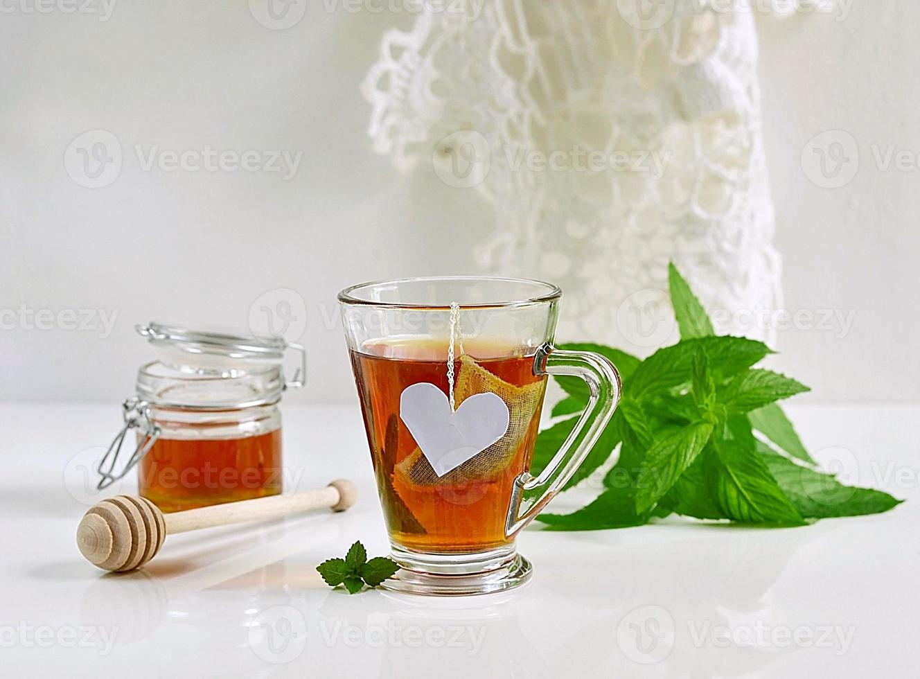 té de menta con hojas de menta y miel foto