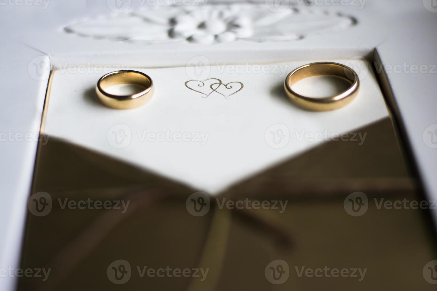 anillos de boda con invitación foto