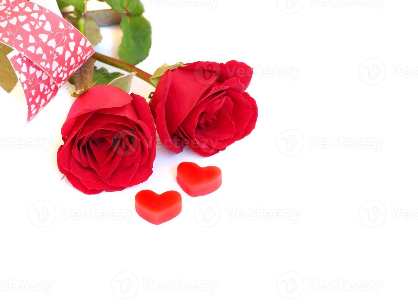 rosa roja con corazón rojo, concepto de amor foto