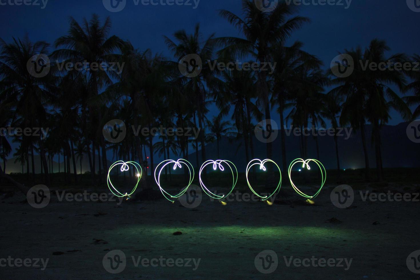corazones pintados en la playa foto
