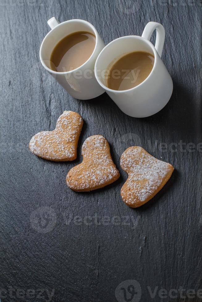 galletas en forma de corazón, tazas de café foto