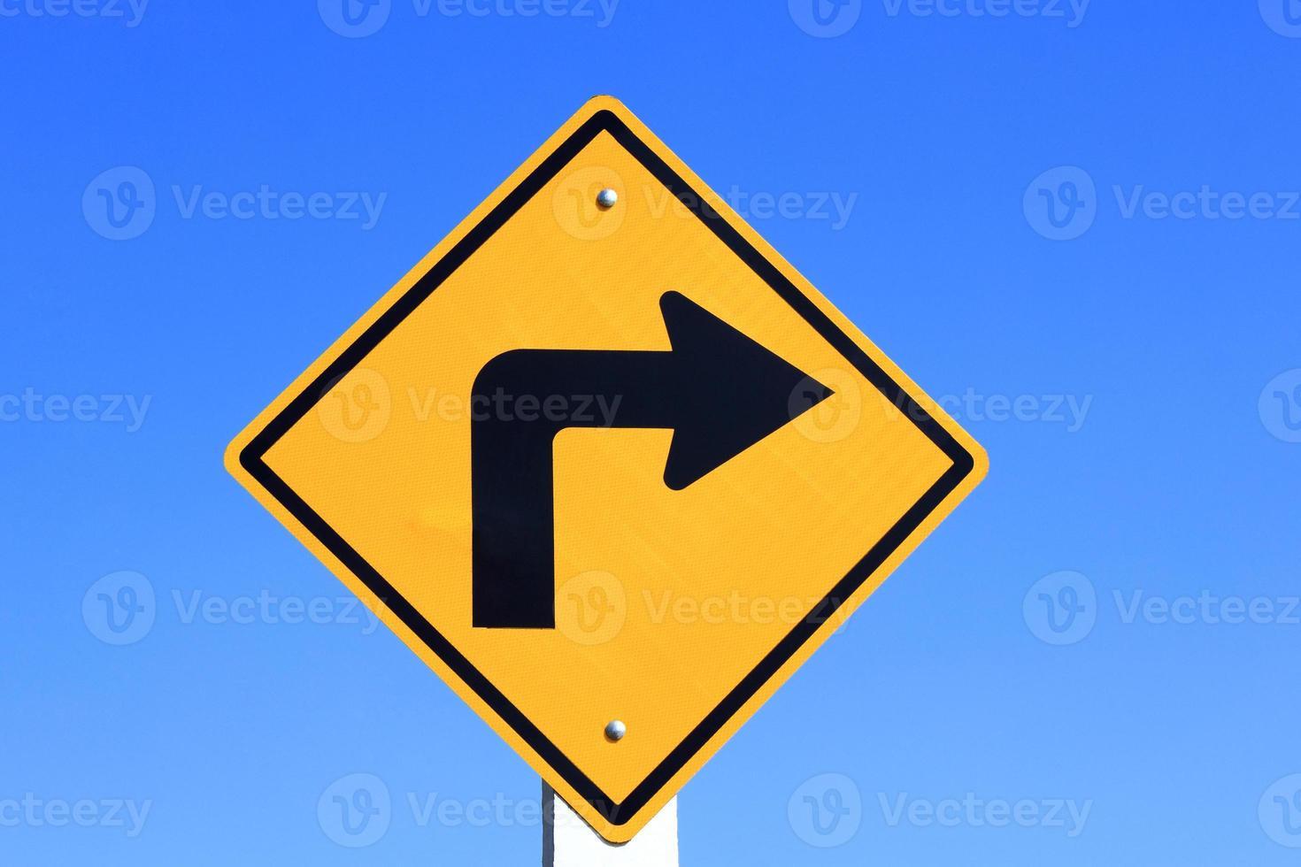 Señal de carretera amarilla de giro a la derecha foto