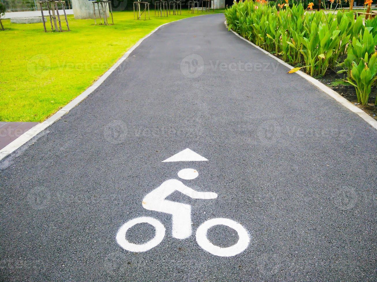 señal de tráfico de bicicleta en el parque foto