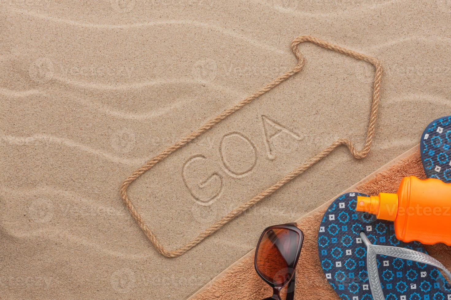 puntero de goa y accesorios de playa tumbado en la arena foto