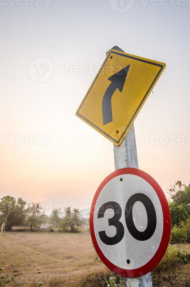 gire a la derecha, señal de tráfico amarilla foto