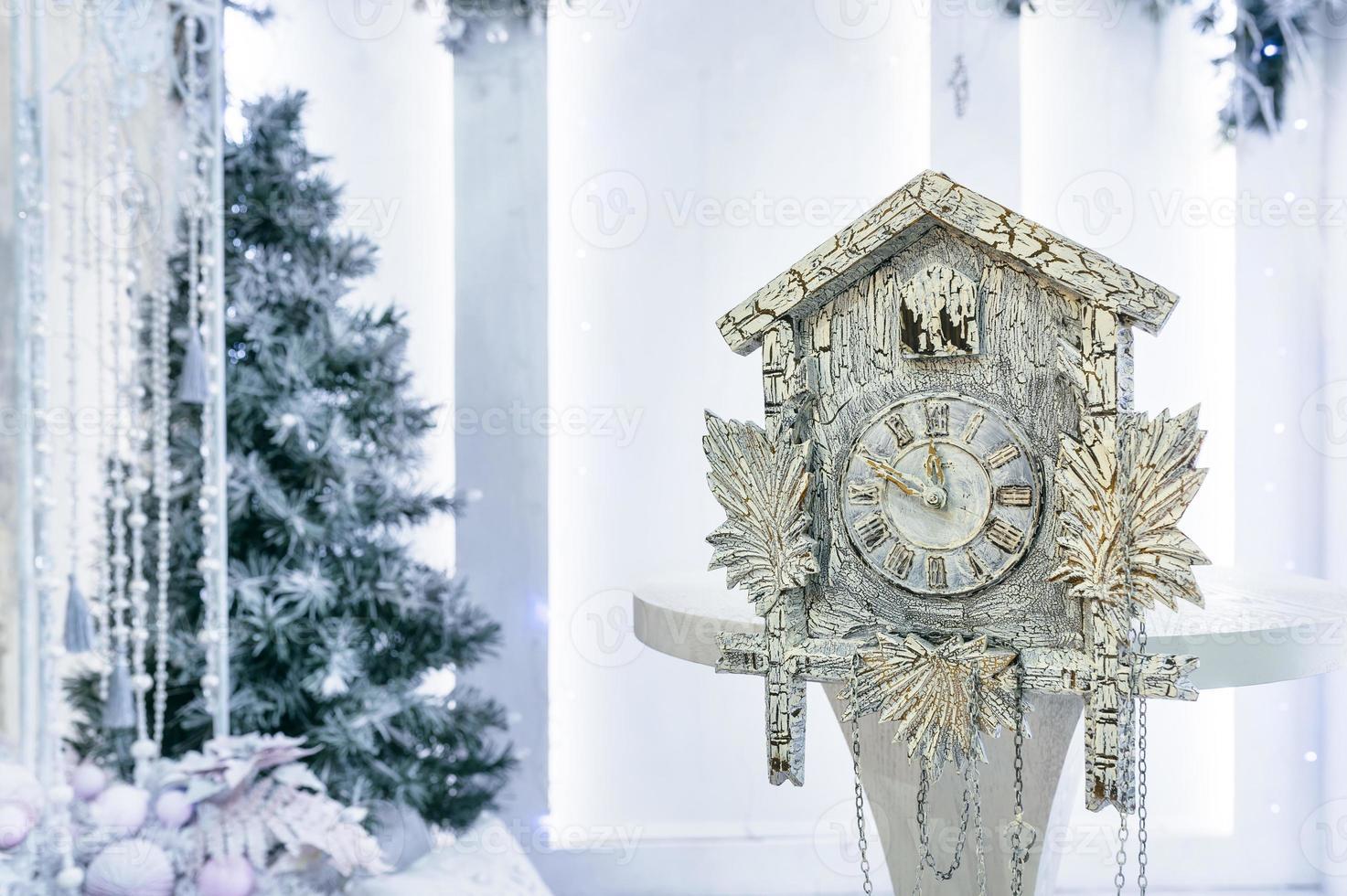 relojes antiguos y arbol de navidad foto