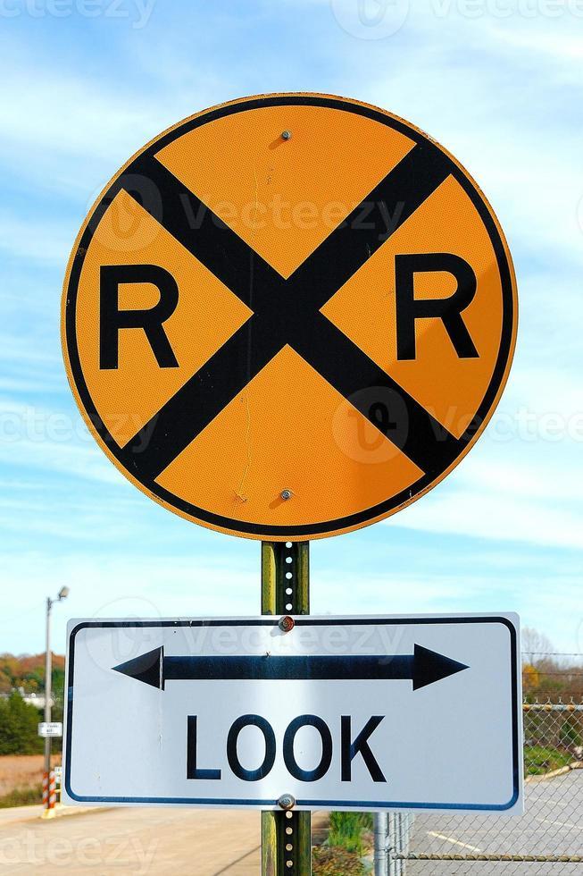 señal de pare y señal de aviso de ferrocarril privado. foto