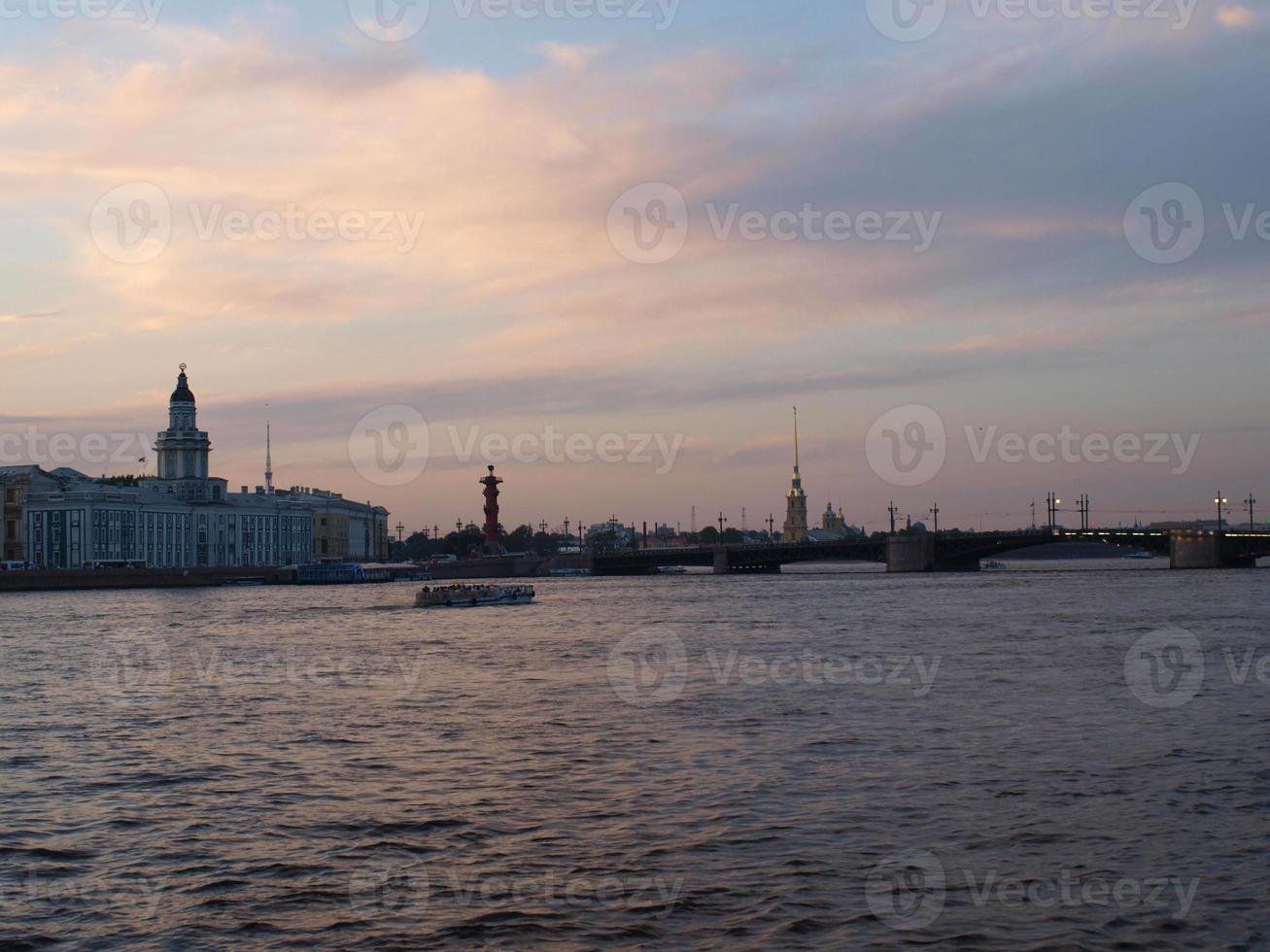 noches blancas. la flecha de la isla vasilevsky. S t. Petersburgo foto