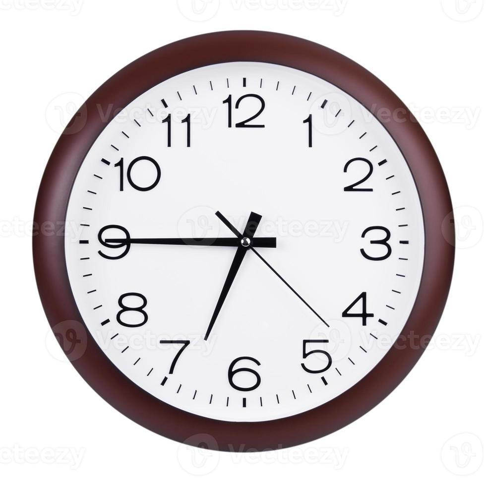 el reloj marca las siete menos cuarto foto