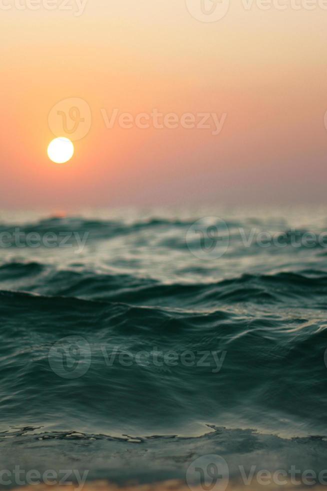 primer plano de las olas del atardecer foto