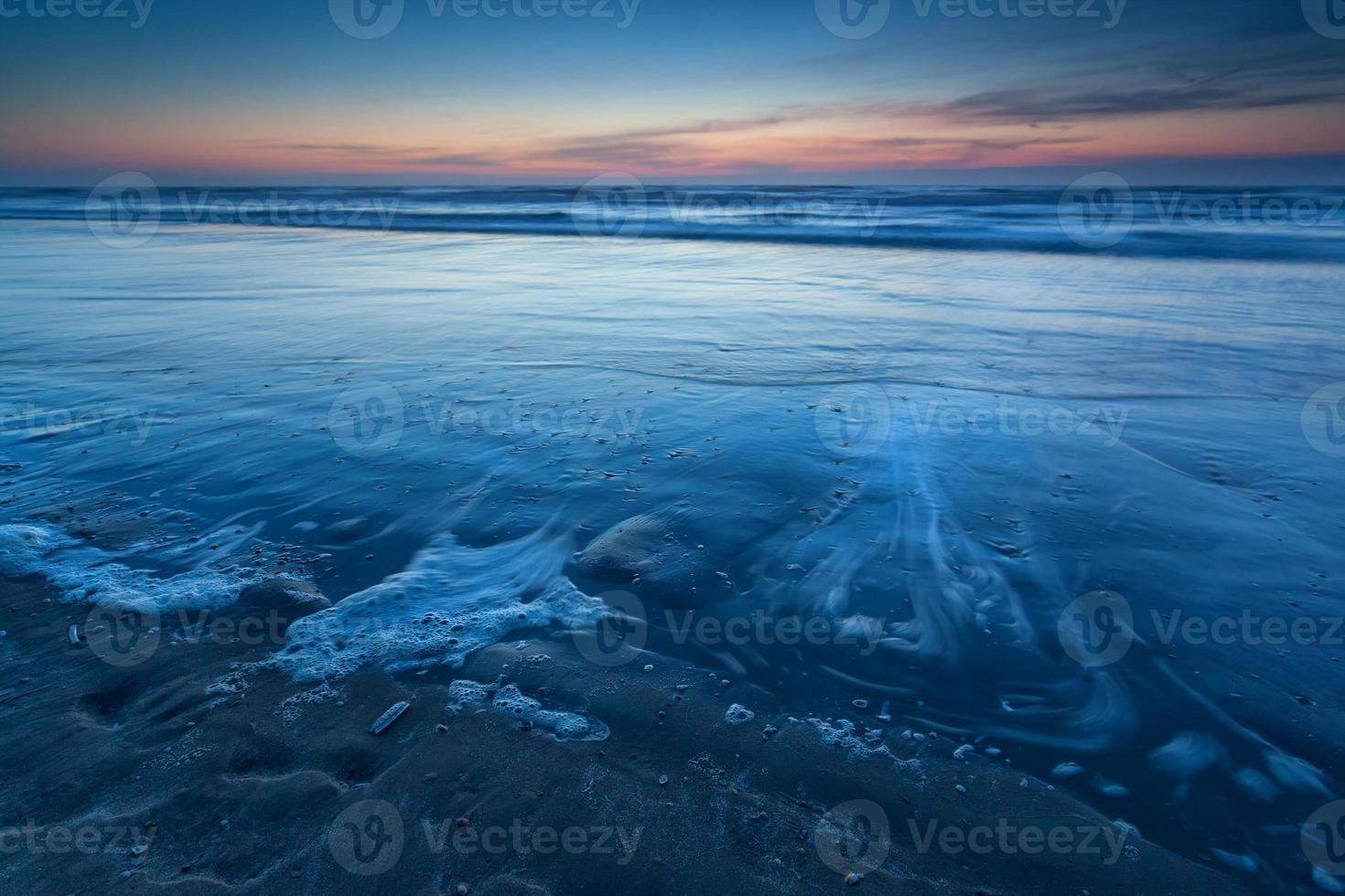playa en el mar del norte al atardecer foto